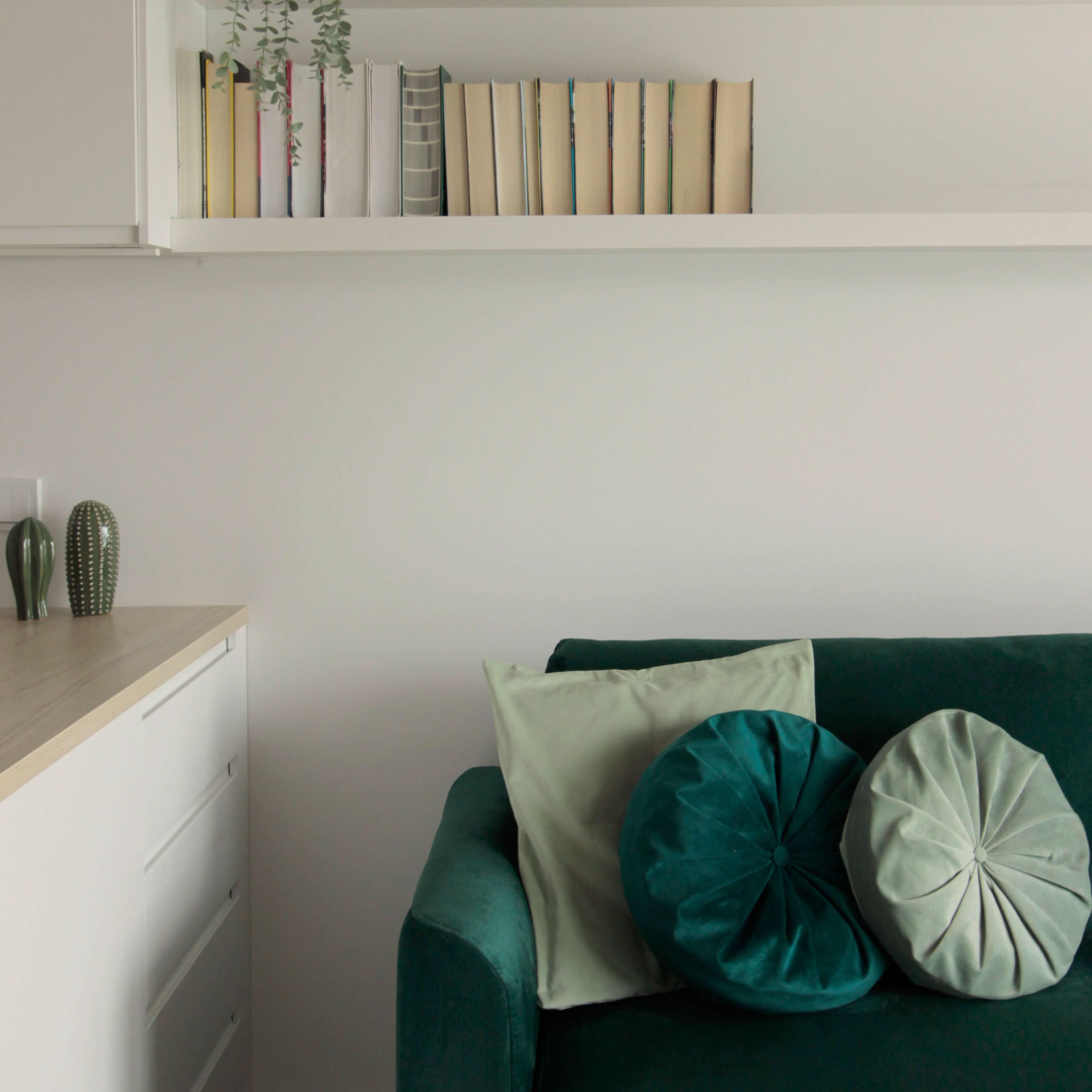 Projekt wnętrza mieszkania wraz z nadzorem nad realizacją. Salon w mieszkaniu 39 m2. Detale we wnętrzy mają ogromne znaczenie! Dzięki odpowieniemu doborowi lamp, poduszek, ozdobów czy kocy można zupełnie zmienić klimat wnętrza. Tutaj zastosowaliśmy subtelne dodatki w naturalnej kolorystyce, które delikatnie ożywiają jasne wnętrze.
