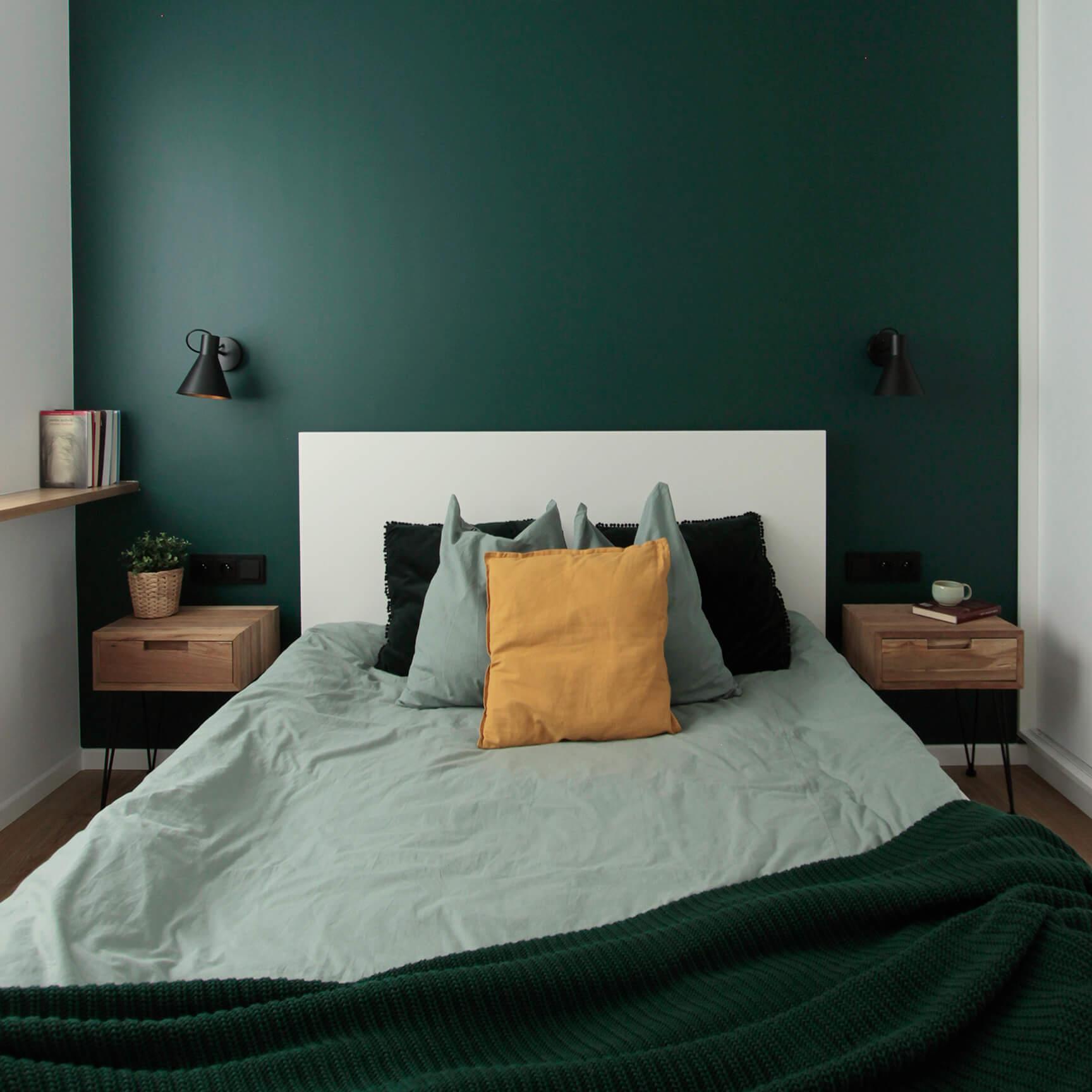 Projekt wnętrza mieszkania wraz z nadzorem nad realizacją. Sypialnia w mieszkaniu 39 m2. Zielony kolor pojawia się w sypialni na ścianie za zagłówkiem. To ważny akcent, widoczny również z salonu. Z sypialnią łączą go przesuwne drzwi, które na co dzień będą najczęściej otwarte. Szafy na zamówienie pozwalają na maksymalne wykorzystanie przestrzeni do przechowywania, a drzwi przesuwne oszczędzają miejsce. Dodatkowo wiele można tu schować również pod łóżkiem z podnoszonym stelażem.